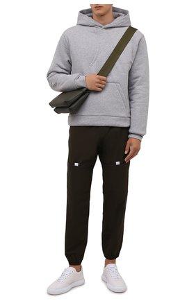 Мужской хлопковое худи JACQUEMUS серого цвета, арт. 216JS007-2300 | Фото 2 (Материал внешний: Хлопок; Материал подклада: Хлопок; Рукава: Длинные; Длина (для топов): Стандартные; Мужское Кросс-КТ: Худи-одежда; Принт: Без принта; Стили: Спорт-шик)