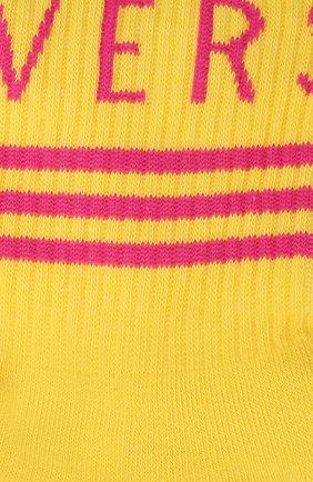 Женские хлопковые носки VERSACE желтого цвета, арт. 1001541/1A01194 | Фото 2 (Материал внешний: Хлопок)