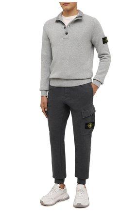 Мужские хлопковые джоггеры STONE ISLAND темно-серого цвета, арт. 751565220 | Фото 2 (Длина (брюки, джинсы): Стандартные; Материал внешний: Хлопок; Силуэт М (брюки): Джоггеры, Карго; Мужское Кросс-КТ: Брюки-трикотаж; Стили: Спорт-шик)