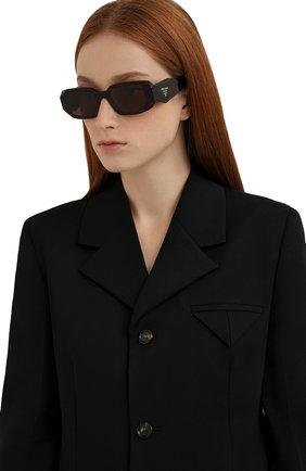 Женские солнцезащитные очки PRADA темно-коричневого цвета, арт. 17WS-2AU8C1   Фото 2 (Тип очков: С/з; Материал: Пластик; Оптика Гендер: оптика-женское; Очки форма: Прямоугольные)