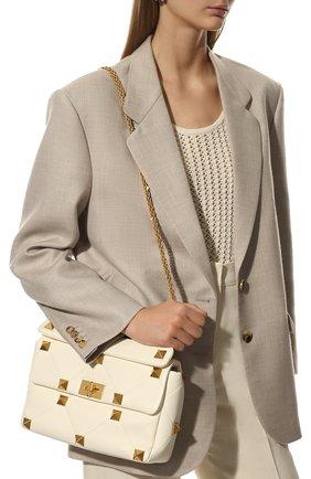 Женская сумка roman stud large VALENTINO кремвого цвета, арт. WW0B0I60/BSF   Фото 2 (Материал: Натуральная кожа; Сумки-технические: Сумки top-handle; Размер: large; Ремень/цепочка: На ремешке)