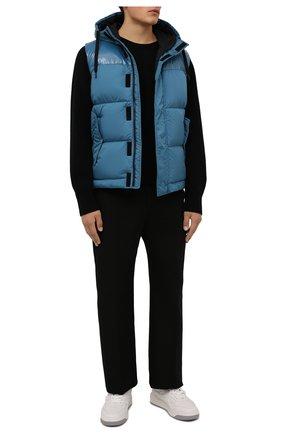 Мужской пуховый жилет HERNO голубого цвета, арт. PI0792U/12220 | Фото 2 (Материал внешний: Синтетический материал; Материал утеплителя: Пух и перо; Материал подклада: Синтетический материал; Кросс-КТ: Куртка, Пуховик; Стили: Спорт-шик; Длина (верхняя одежда): Короткие)