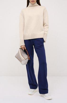 Женские хлопковые брюки DRIES VAN NOTEN синего цвета, арт. 212-011112-3608 | Фото 2 (Материал внешний: Хлопок; Женское Кросс-КТ: Брюки-одежда; Стили: Спорт-шик; Силуэт Ж (брюки и джинсы): Прямые; Длина (брюки, джинсы): Стандартные)