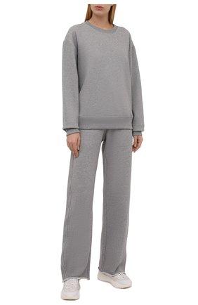 Женские хлопковые брюки DRIES VAN NOTEN серого цвета, арт. 212-011122-3612 | Фото 2 (Материал внешний: Хлопок; Стили: Спорт-шик; Женское Кросс-КТ: Брюки-одежда; Кросс-КТ: Трикотаж; Силуэт Ж (брюки и джинсы): Прямые; Длина (брюки, джинсы): Удлиненные)