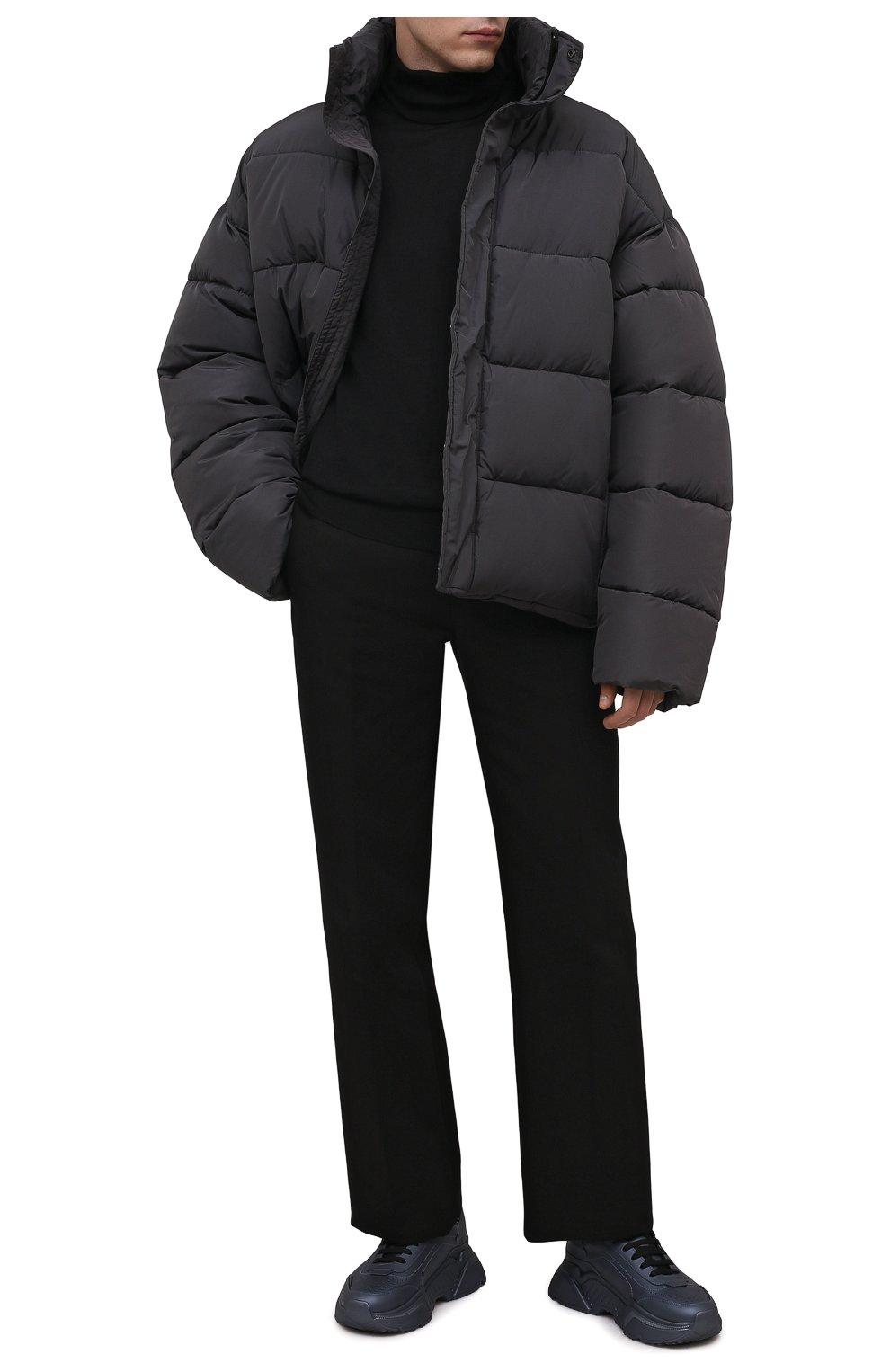 Мужская утепленная куртка BALENCIAGA серого цвета, арт. 642228/TYD36   Фото 2 (Кросс-КТ: Куртка; Мужское Кросс-КТ: пуховик-короткий; Рукава: Длинные; Материал внешний: Синтетический материал, Вискоза; Материал подклада: Синтетический материал; Длина (верхняя одежда): Короткие; Стили: Минимализм)