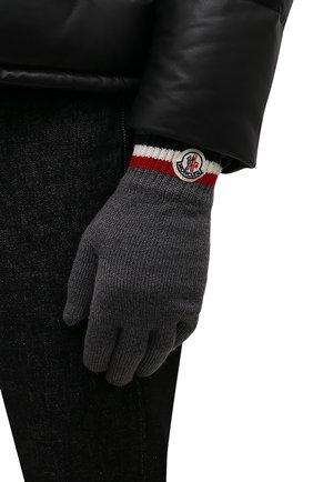 Мужские шерстяные перчатки MONCLER темно-серого цвета, арт. G2-091-3A000-04-A9575 | Фото 2 (Материал: Шерсть; Кросс-КТ: Трикотаж)