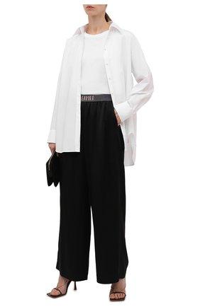 Женские брюки BRUNELLO CUCINELLI черного цвета, арт. M0H38FD189 | Фото 2 (Материал внешний: Вискоза, Синтетический материал; Стили: Кэжуэл; Женское Кросс-КТ: Брюки-одежда; Силуэт Ж (брюки и джинсы): Широкие; Длина (брюки, джинсы): Стандартные)