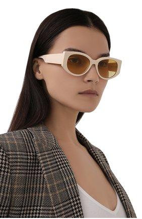 Женские солнцезащитные очки ALEXANDER MCQUEEN кремвого цвета, арт. 669320/J0740 | Фото 2 (Материал: Пластик; Тип очков: С/з; Оптика Гендер: оптика-женское; Очки форма: Овальные)