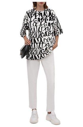 Женская хлопковая футболка DOLCE & GABBANA черно-белого цвета, арт. F8015T/G7A5G | Фото 2 (Материал внешний: Хлопок; Рукава: Короткие; Длина (для топов): Удлиненные; Принт: С принтом; Стили: Спорт-шик)