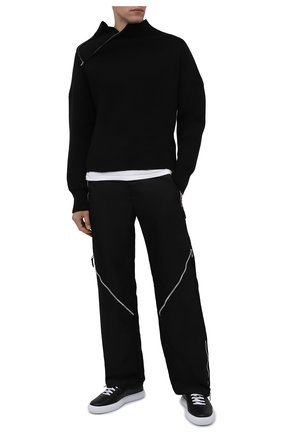 Мужской шерстяной свитер JACQUEMUS черного цвета, арт. 216KN103-2080 | Фото 2 (Рукава: Длинные; Материал внешний: Синтетический материал, Шерсть; Длина (для топов): Стандартные; Мужское Кросс-КТ: Свитер-одежда; Принт: Без принта; Стили: Минимализм)