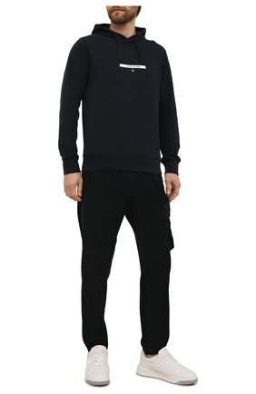 Мужские хлопковые джоггеры STONE ISLAND темно-синего цвета, арт. 751530811 | Фото 2 (Материал внешний: Хлопок; Силуэт М (брюки): Джоггеры; Стили: Милитари; Длина (брюки, джинсы): Стандартные)
