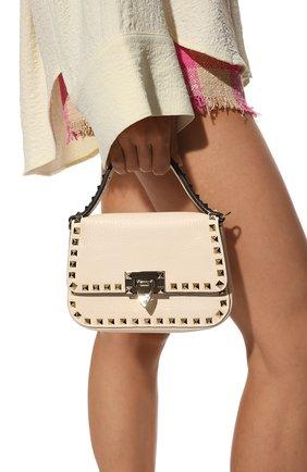 Женская сумка rockstud small VALENTINO кремвого цвета, арт. WW0B0I52/VSF   Фото 2 (Материал: Натуральная кожа; Размер: small; Сумки-технические: Сумки top-handle; Ремень/цепочка: На ремешке)