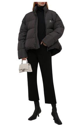 Женский пуховик BALENCIAGA серого цвета, арт. 675212/TYD36 | Фото 2 (Материал внешний: Синтетический материал, Вискоза; Материал подклада: Синтетический материал; Стили: Спорт-шик; Кросс-КТ: Пуховик; Длина (верхняя одежда): До середины бедра; Рукава: Длинные)