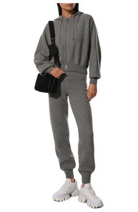 Женский кашемировый кардиган PRADA серого цвета, арт. P25H97-1YMG-F0031-211 | Фото 2 (Материал внешний: Кашемир, Шерсть; Стили: Спорт-шик; Рукава: Длинные; Женское Кросс-КТ: Кардиган-одежда; Длина (для топов): Стандартные)