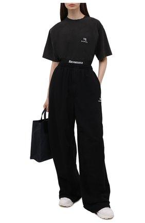 Женские хлопковые брюки BALENCIAGA черного цвета, арт. 675248/TLVA1 | Фото 2 (Материал внешний: Хлопок; Длина (брюки, джинсы): Удлиненные; Стили: Спорт-шик; Женское Кросс-КТ: Брюки-одежда; Силуэт Ж (брюки и джинсы): Широкие)