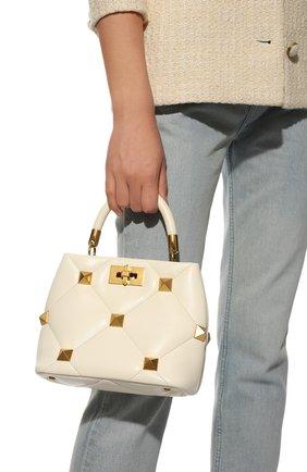 Женская сумка roman stud small VALENTINO кремвого цвета, арт. WW0B0I97/BSF   Фото 2 (Материал: Натуральная кожа; Размер: small; Сумки-технические: Сумки top-handle; Ремень/цепочка: На ремешке)