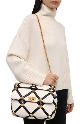 Женская сумка roman stud large VALENTINO черно-белого цвета, арт. WW0B0I60/ZDF   Фото 2 (Материал: Натуральная кожа; Сумки-технические: Сумки top-handle; Размер: large; Ремень/цепочка: На ремешке)