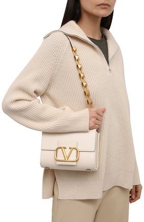 Женская сумка stud sign VALENTINO кремвого цвета, арт. WW0B0J96/CPD   Фото 2 (Материал: Натуральная кожа; Сумки-технические: Сумки через плечо; Размер: small)