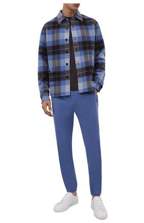 Мужские джоггеры KITON синего цвета, арт. UFPPZJ0344A   Фото 2 (Материал внешний: Лиоцелл, Хлопок; Силуэт М (брюки): Джоггеры; Стили: Кэжуэл; Длина (брюки, джинсы): Стандартные)
