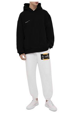 Мужские хлопковые джоггеры OFF-WHITE белого цвета, арт. 0MCH029F21FLE005   Фото 2 (Материал внешний: Хлопок; Мужское Кросс-КТ: Брюки-трикотаж; Силуэт М (брюки): Джоггеры; Стили: Спорт-шик; Длина (брюки, джинсы): Стандартные)