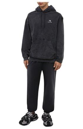Мужские хлопковые джоггеры BALENCIAGA темно-серого цвета, арт. 675244/TLVA1   Фото 2 (Материал внешний: Хлопок; Длина (брюки, джинсы): Стандартные; Силуэт М (брюки): Джоггеры; Стили: Спорт-шик)