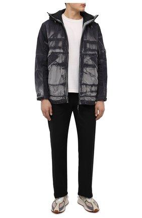 Мужская утепленная куртка C.P. COMPANY серого цвета, арт. 11CM0W207A-005990P   Фото 2 (Длина (верхняя одежда): Короткие; Материал подклада: Синтетический материал; Рукава: Длинные; Материал внешний: Синтетический материал; Кросс-КТ: Куртка; Мужское Кросс-КТ: утепленные куртки; Стили: Гранж)