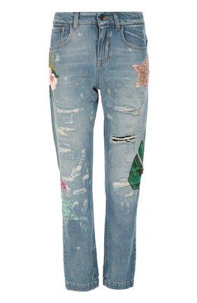 Джинсы прямого кроя с потертостями и декоративной вышивкой | Фото №1