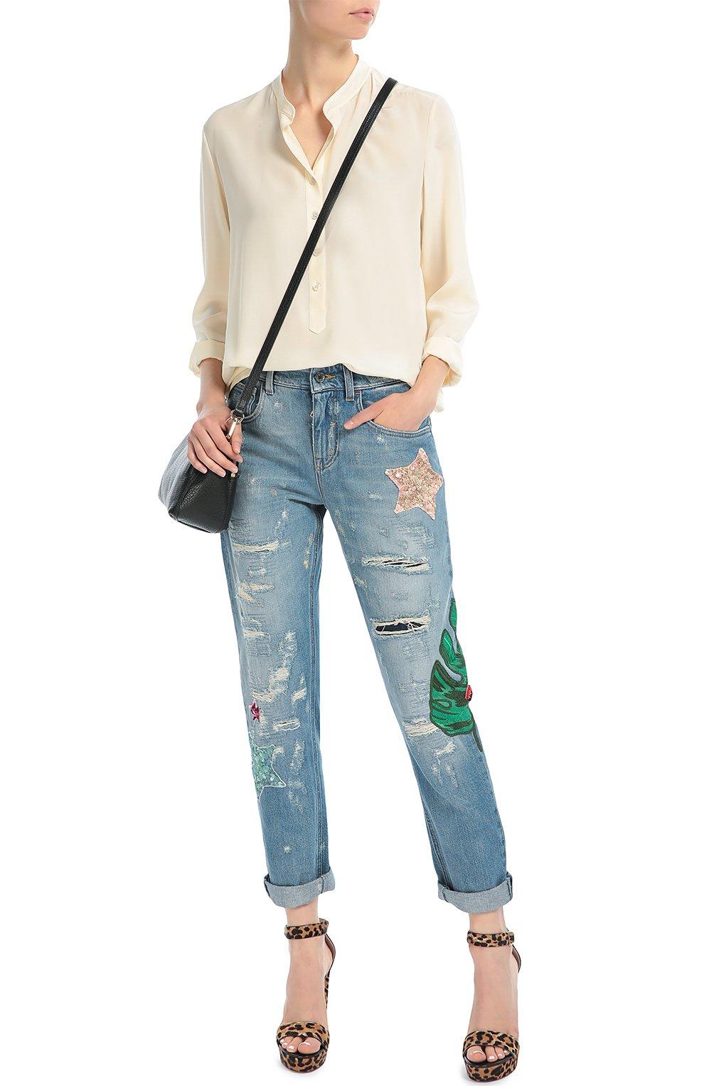 Джинсы прямого кроя с потертостями и декоративной вышивкой | Фото №2