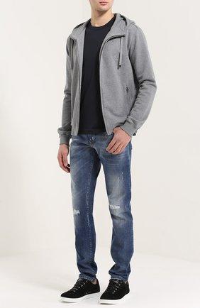 Зауженные джинсы с потертостями и вышивкой | Фото №2