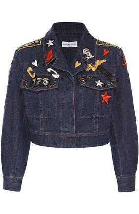Укороченная джинсовая куртка с яркими нашивками   Фото №1
