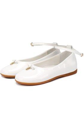 Детские лаковые туфли с бантом и подвеской Dolce & Gabbana белого цвета | Фото №1