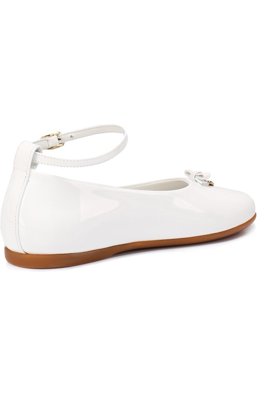 Детские лаковые туфли с бантом и подвеской Dolce & Gabbana белого цвета | Фото №3