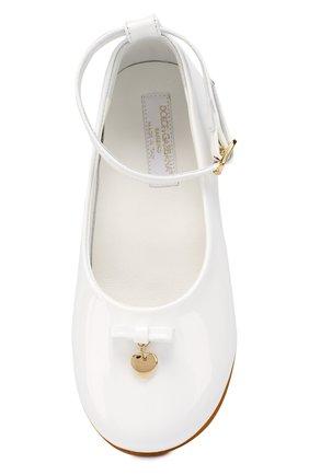 Детские лаковые туфли с бантом и подвеской Dolce & Gabbana белого цвета | Фото №4