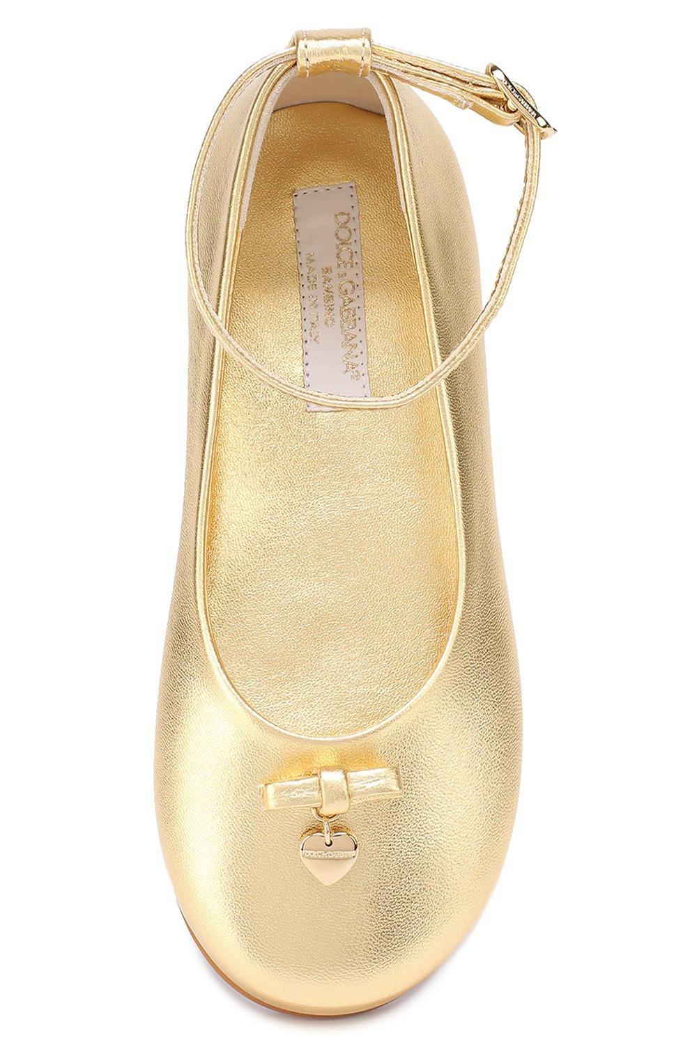 Детские балетки из металлизированной кожи с бантом и подвеской Dolce & Gabbana золотого цвета | Фото №4