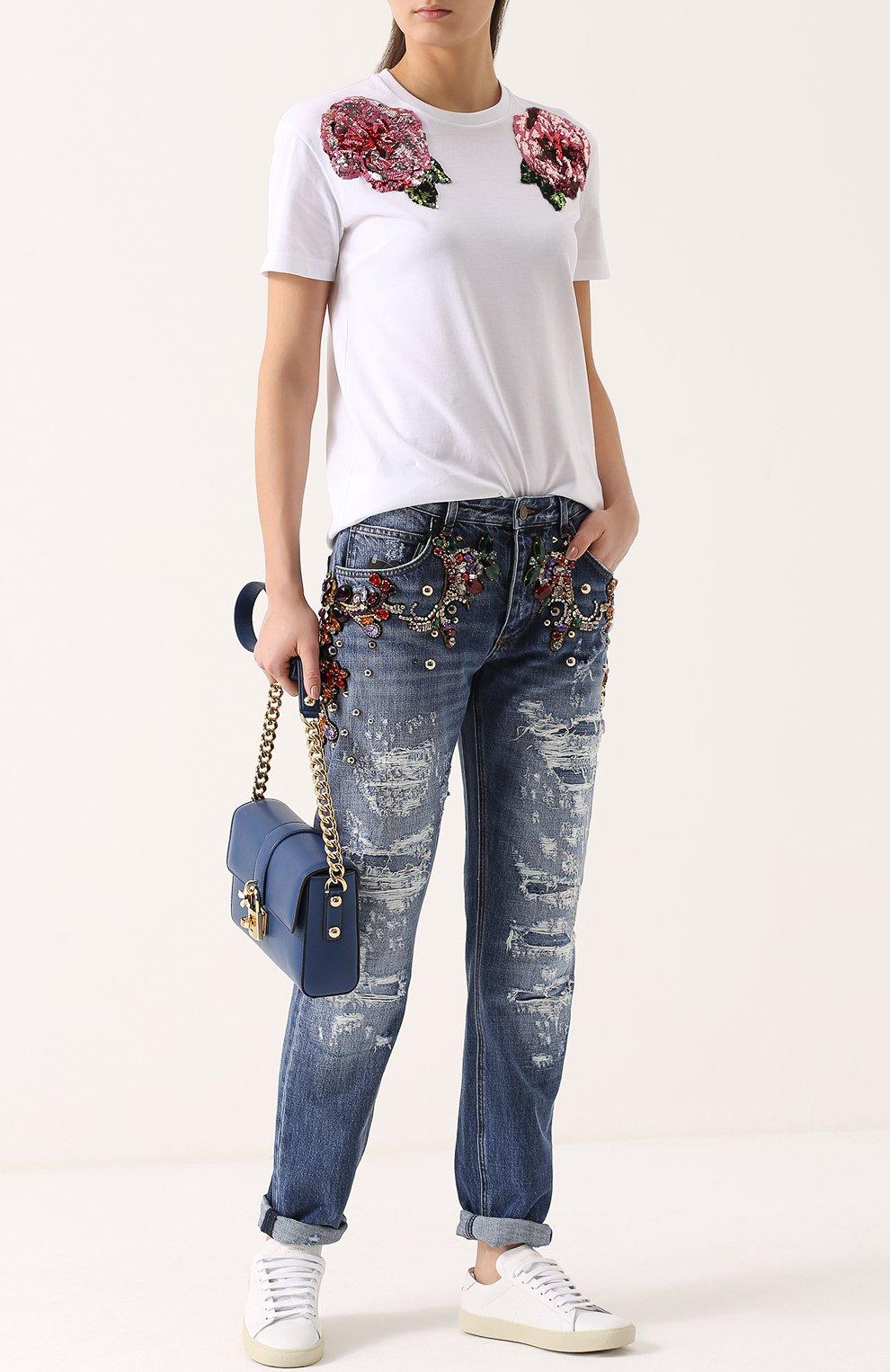 Джинсы прямого кроя с декоративной отделкой и потертостями Dolce & Gabbana голубые | Фото №2