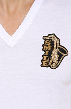 Хлопковая футболка с V-образным вырезом и аппликацией Dolce & Gabbana белая | Фото №5