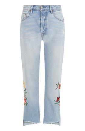 Укороченные джинсы с потертостями и цветочной вышивкой | Фото №1