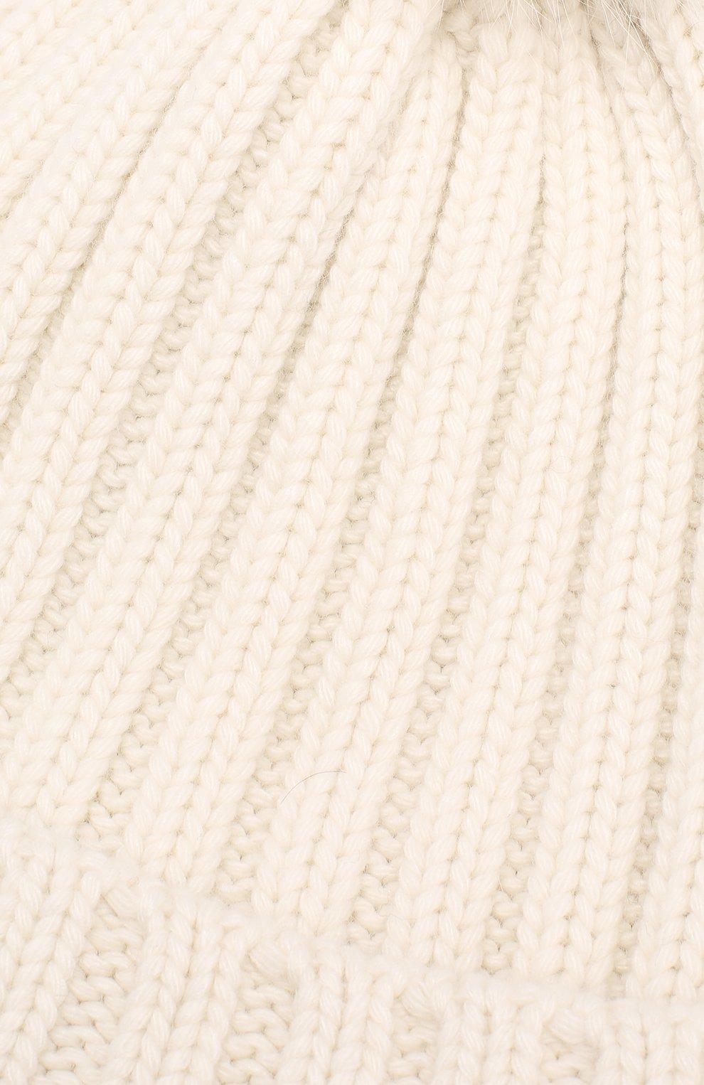 Вязаная шапка с помпоном из меха | Фото №3