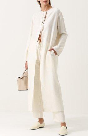 Шелковое пальто с фактурной отделкой The Row белого цвета | Фото №1