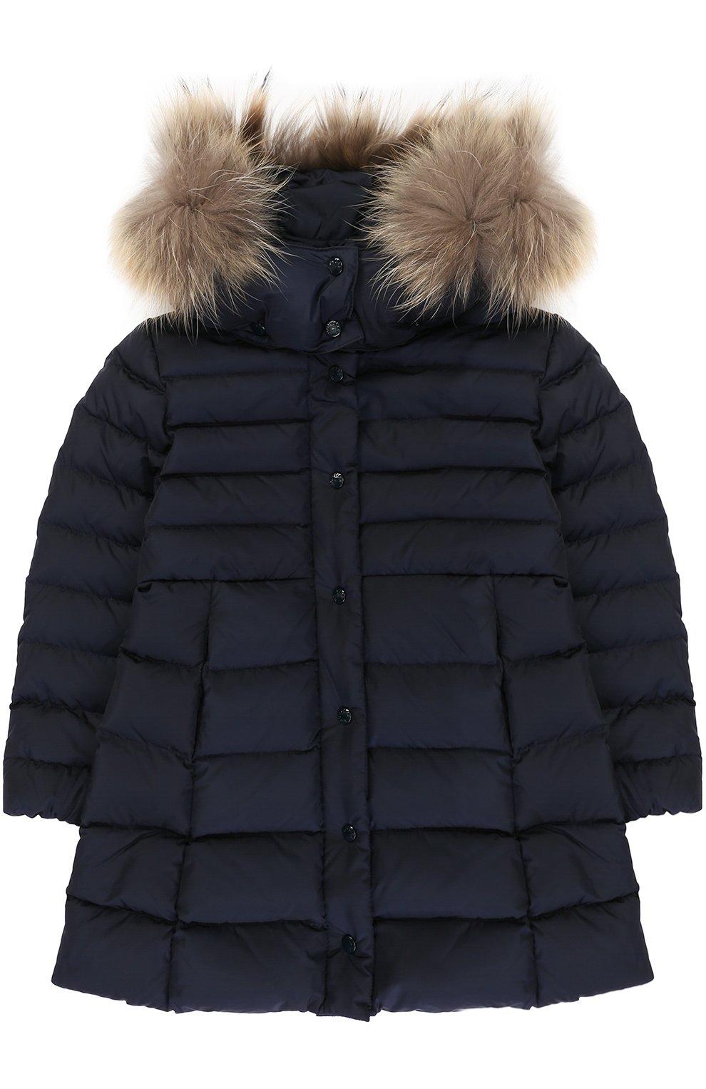 Пуховое пальто с капюшоном и меховой отделкой   Фото №1