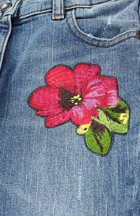 Детские джинсы с декоративными потертостями и вышивкой Dolce & Gabbana синего цвета | Фото №3
