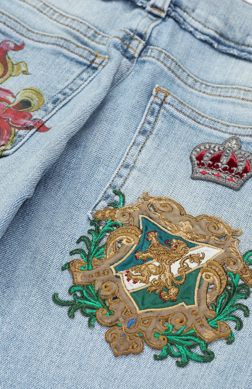 Детские джинсы прямого кроя с принтом и аппликацией Dolce & Gabbana голубого цвета | Фото №3