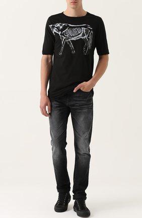 Удлиненная хлопковая футболка с принтом MD 75 черная | Фото №1