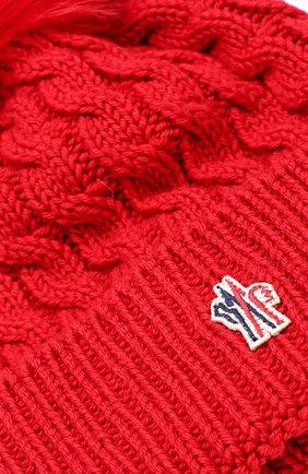 Шерстяная шапка фактурной вязки с меховым помпоном Moncler красного цвета   Фото №3
