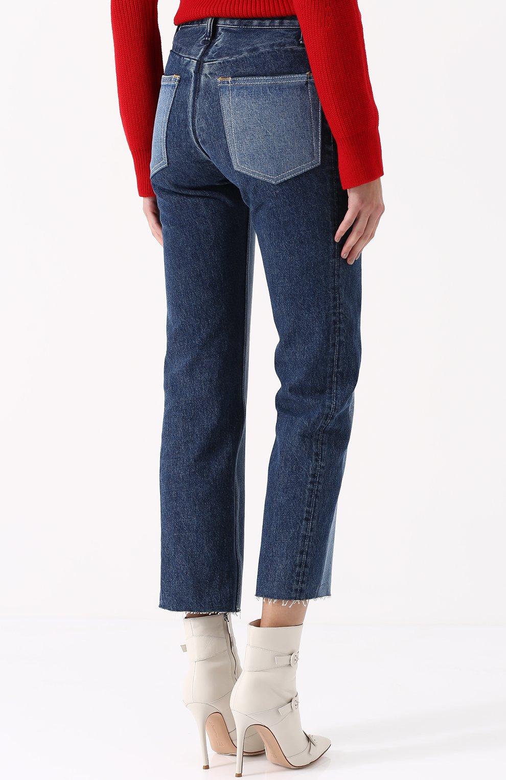 Укороченные джинсы прямого кроя с потертостями | Фото №4