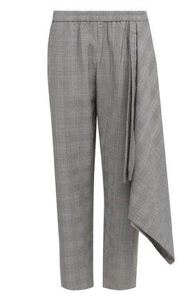 Укороченные шерстяные брюки в клетку Victoria/Tomas серые   Фото №1