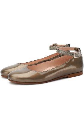 Лаковые туфли с фигурной отделкой и глиттером на ремешке | Фото №1