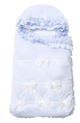 Детский однотонный конверт с оборками и бантами ALETTA голубого цвета, арт. R88424 | Фото 1