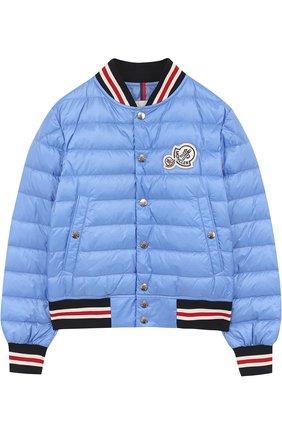 Пуховая куртка-бомбер на кнопках с контрастной отделкой Moncler Enfant голубого цвета | Фото №1