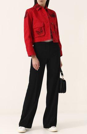 Укороченная джинсовая куртка с отделкой в виде бабочек | Фото №2